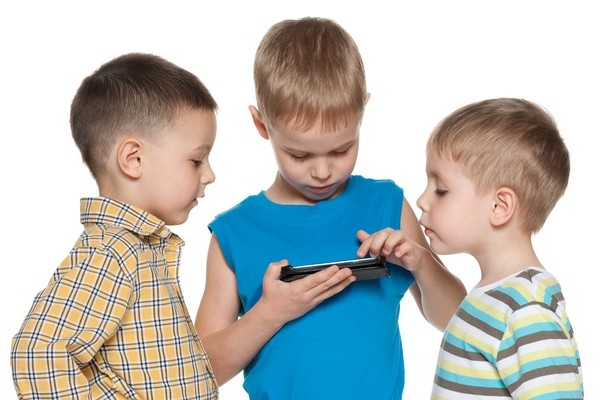 Kids_using_smartphone_600x400